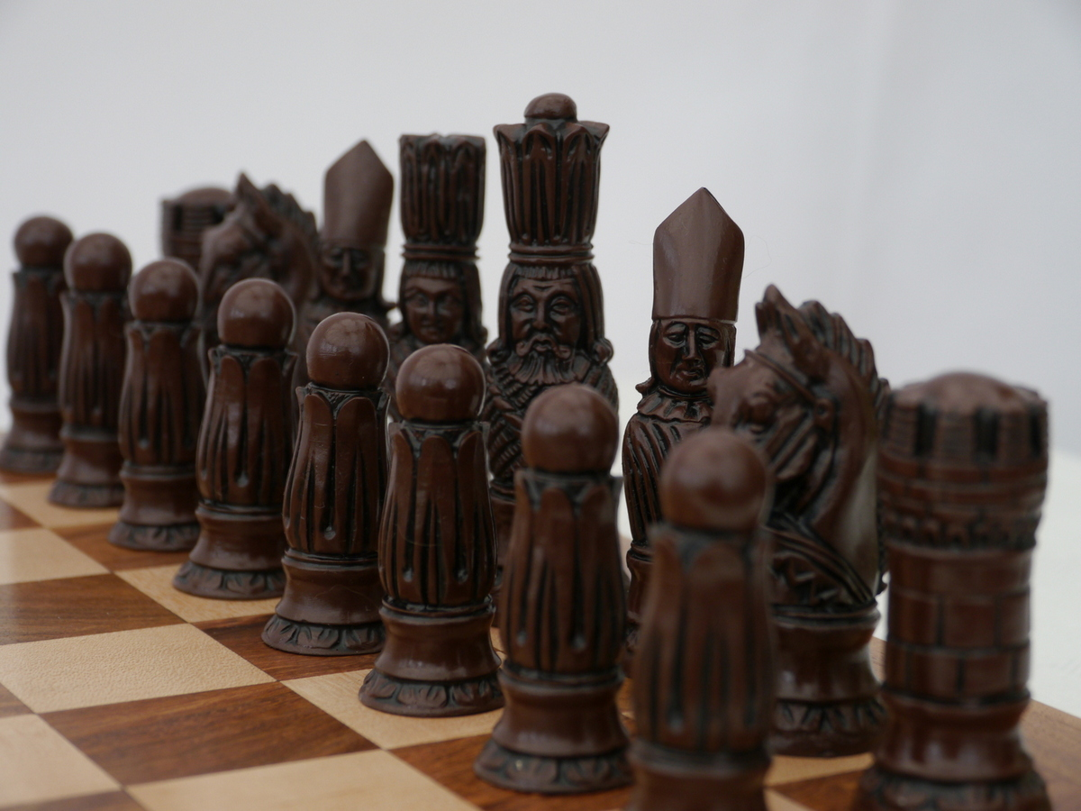 Berkeley Chess Ltd - Victorian Chess Set - Ivory and Brown