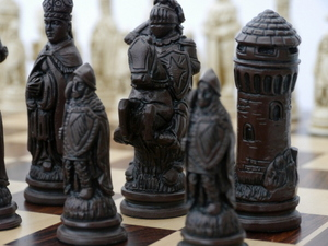 Berkeley Chess Ltd - Large Camelot Chess Set - Ivory and Brown