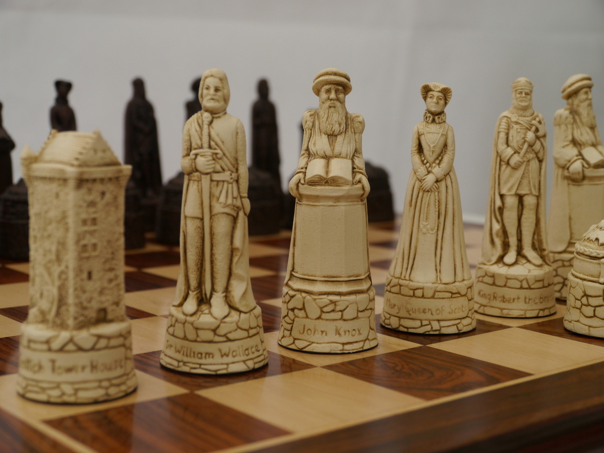 Berkeley Chess Ltd - Scottish Chess Set - Ivory and Brown