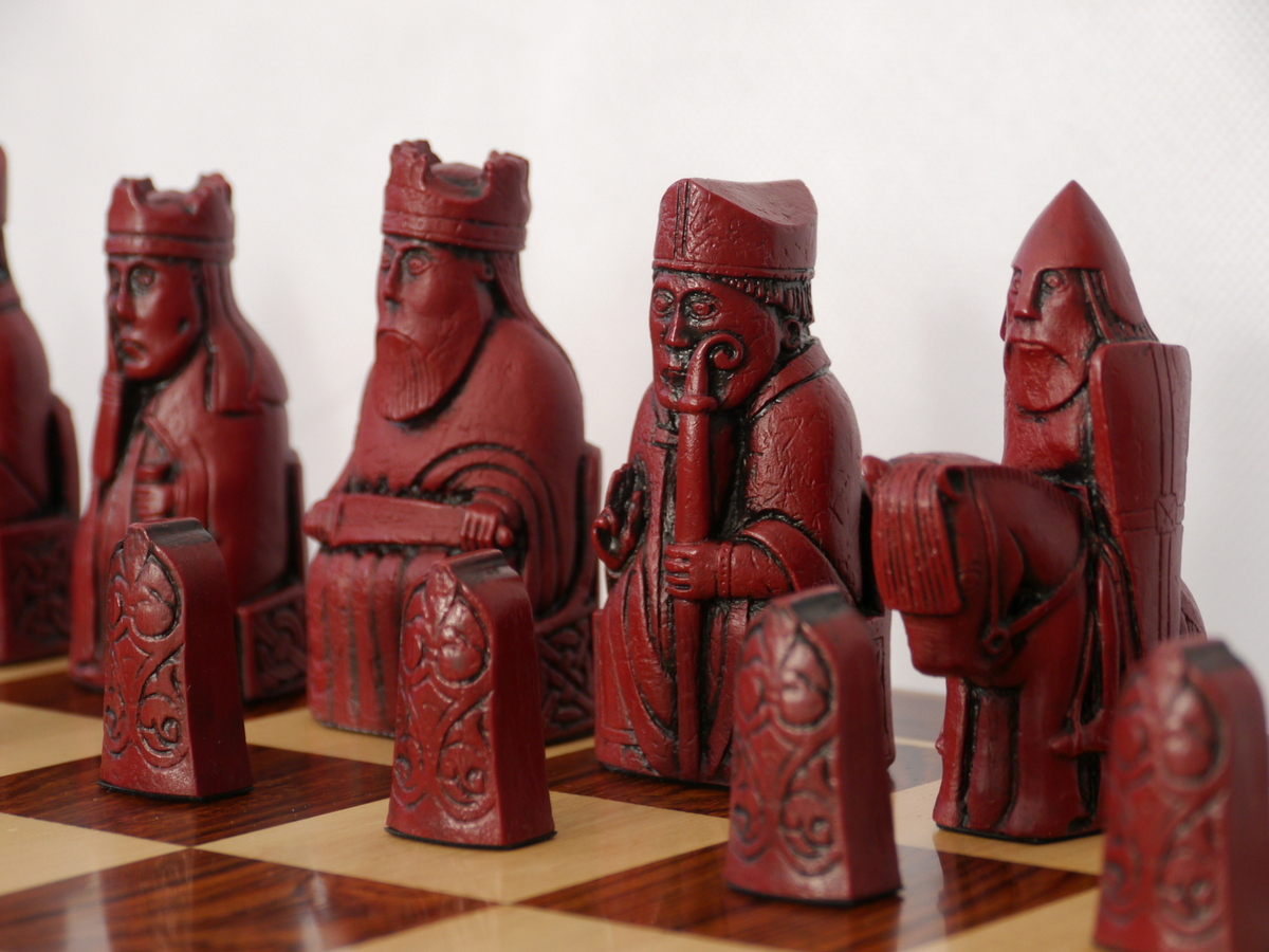 Berkeley Chess Ltd - Isle of Lewis Chess Set - Ivory and Red