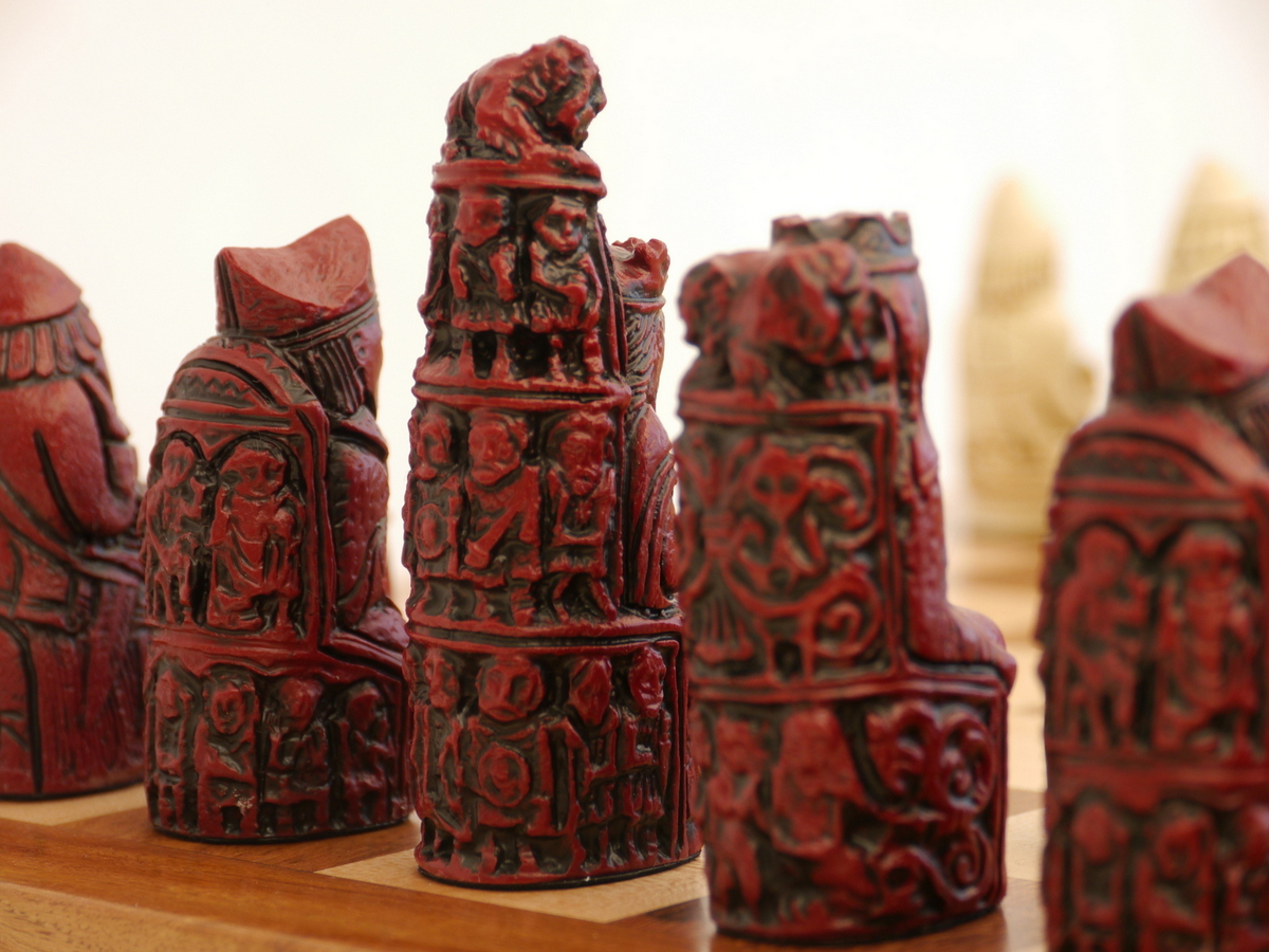 Berkeley Chess Ltd - Medieval Chess Set - Ivory and Red