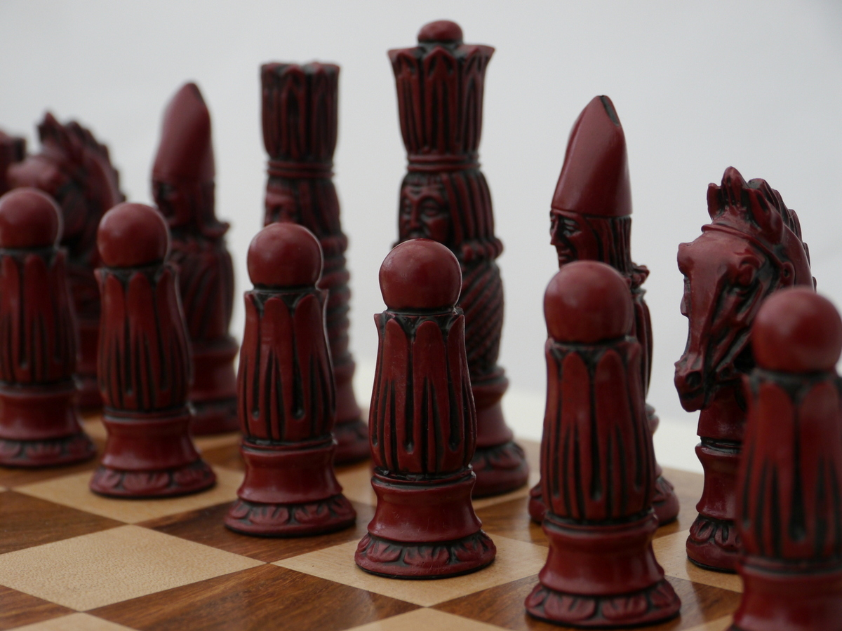 Berkeley Chess Ltd - Victorian Chess Set - Ivory and Red