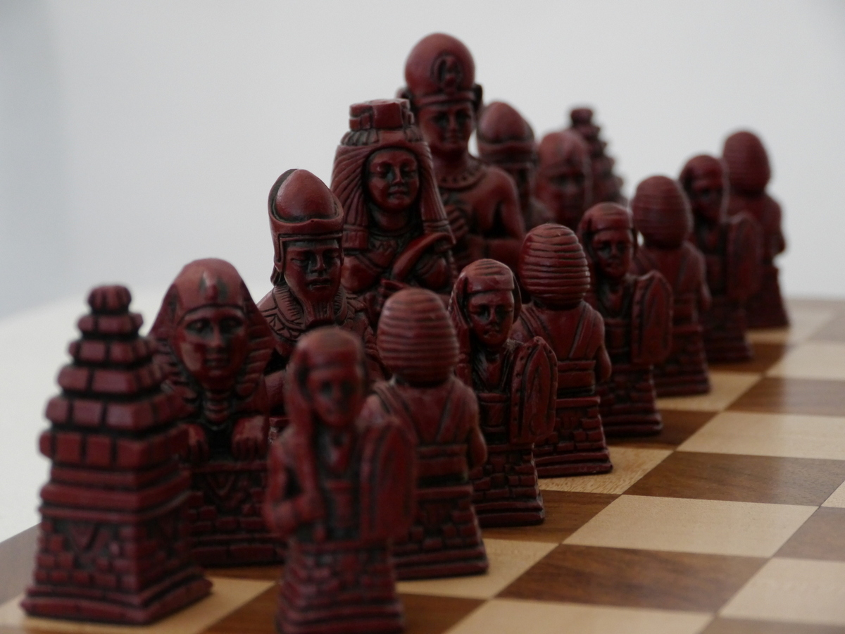 Berkeley Chess Ltd - Egyptian Chess Set - Ivory and Red
