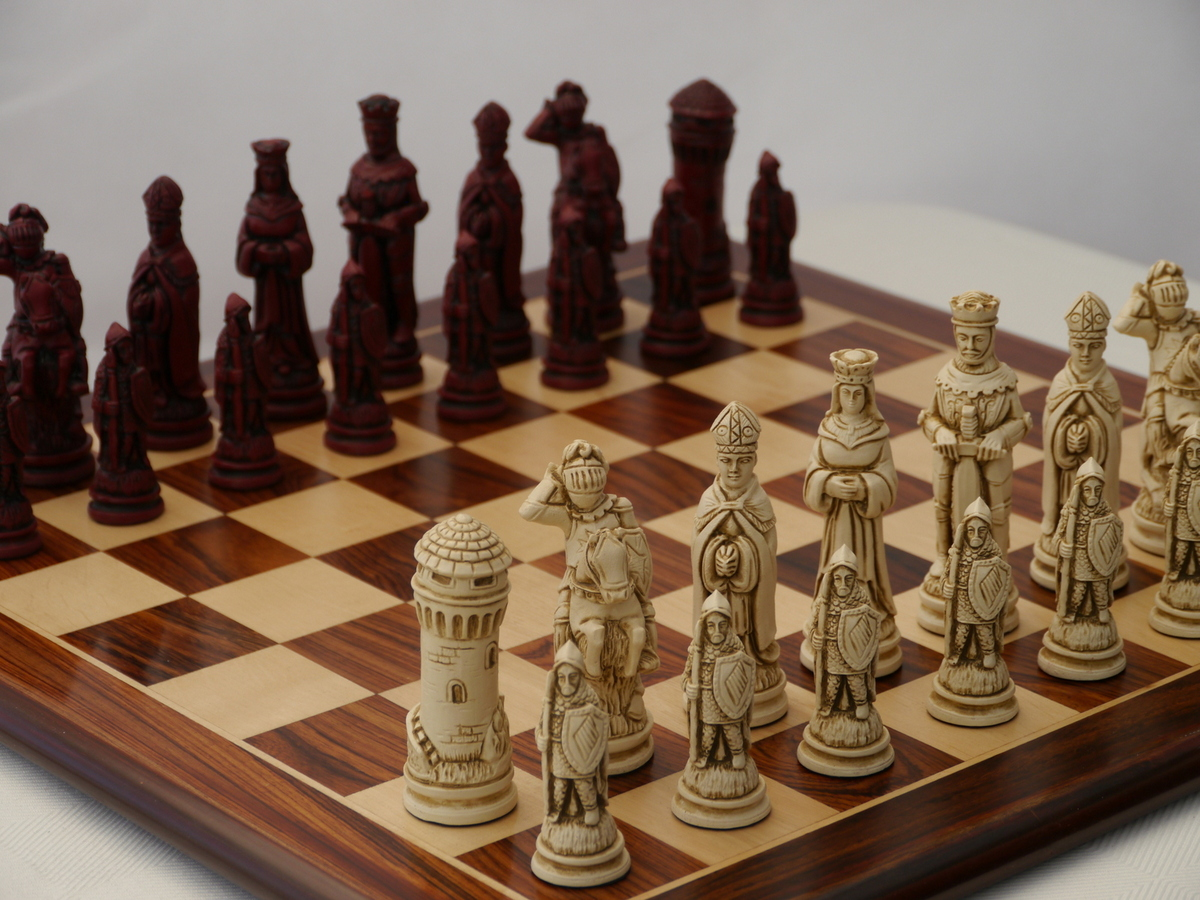 Berkeley Chess Ltd - Large Camelot Chess Set - Ivory and Red