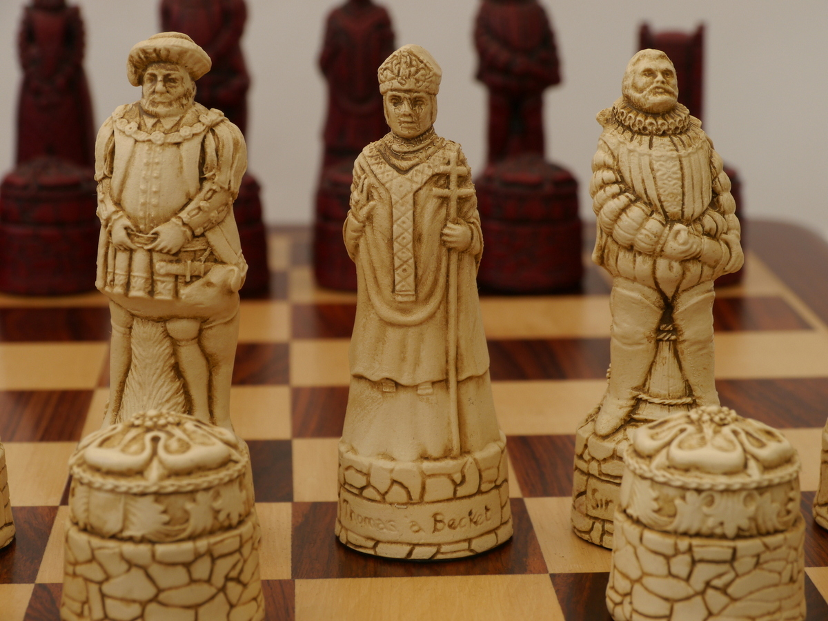 Berkeley Chess Ltd - English Chess Set - Ivory and Red