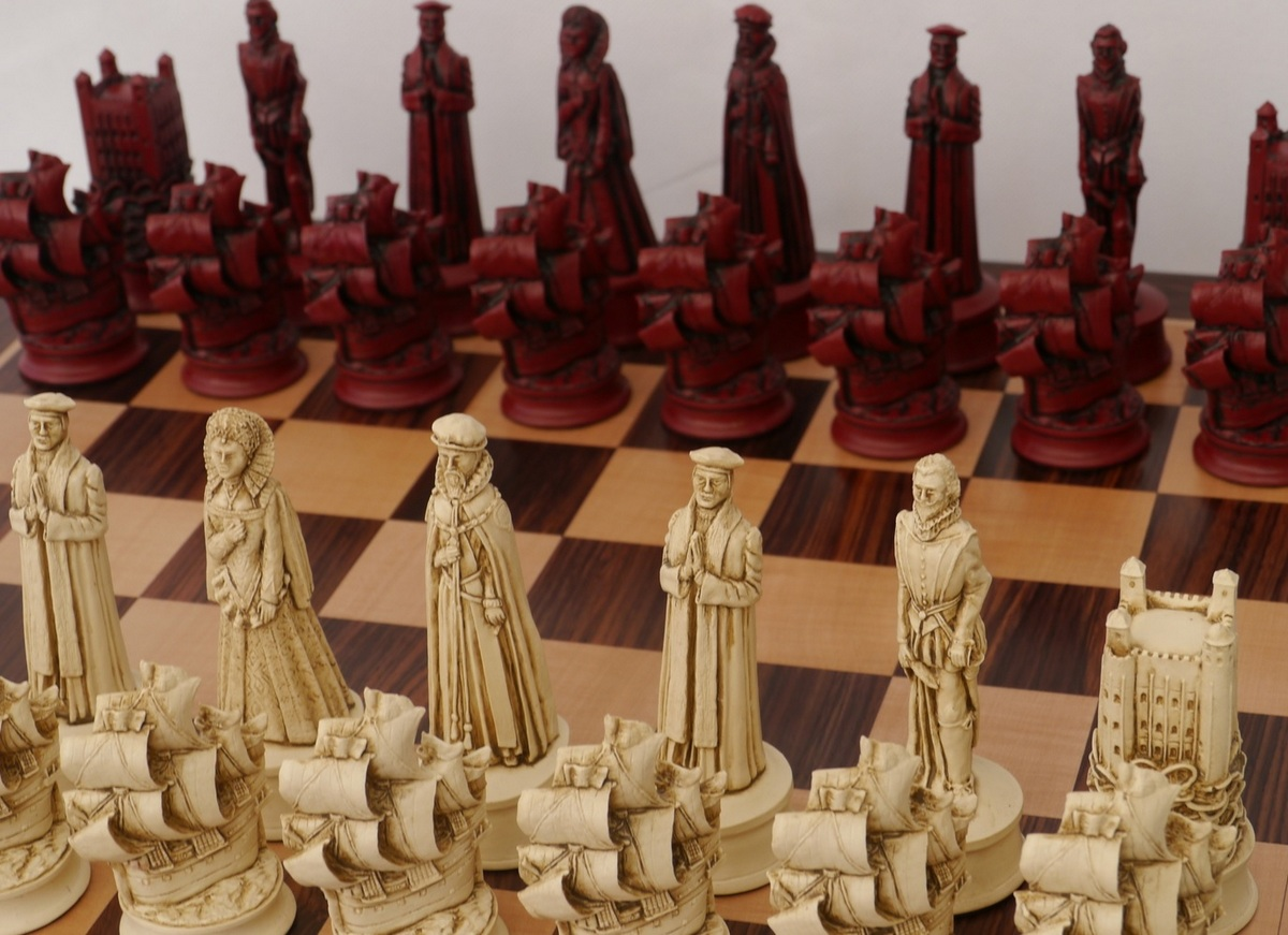 Berkeley Chess Ltd - Elizabethan Chess Set - Ivory and Red
