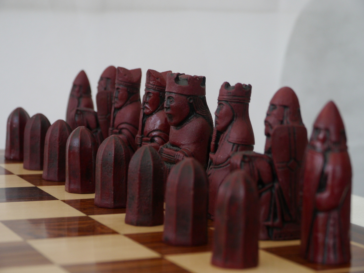 Berkeley Chess - Isle of Lewis Chess Set - Ivory and Red