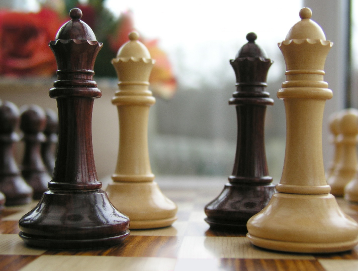 Hannah Staunton in Bud Rosewood 4 inch King Chess Pieces