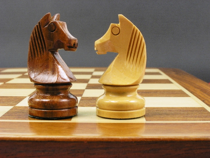 Magnetic Lacquered 10 x 5 inch Pieces and Board Chess Set